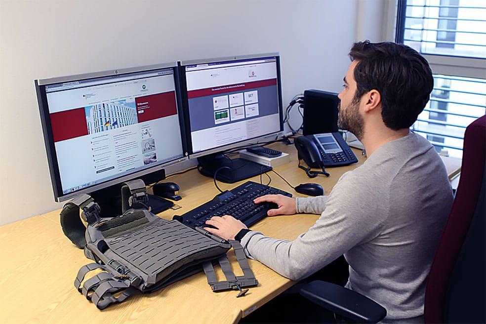 Bild: Mitarbeiter des BeschA am Computer