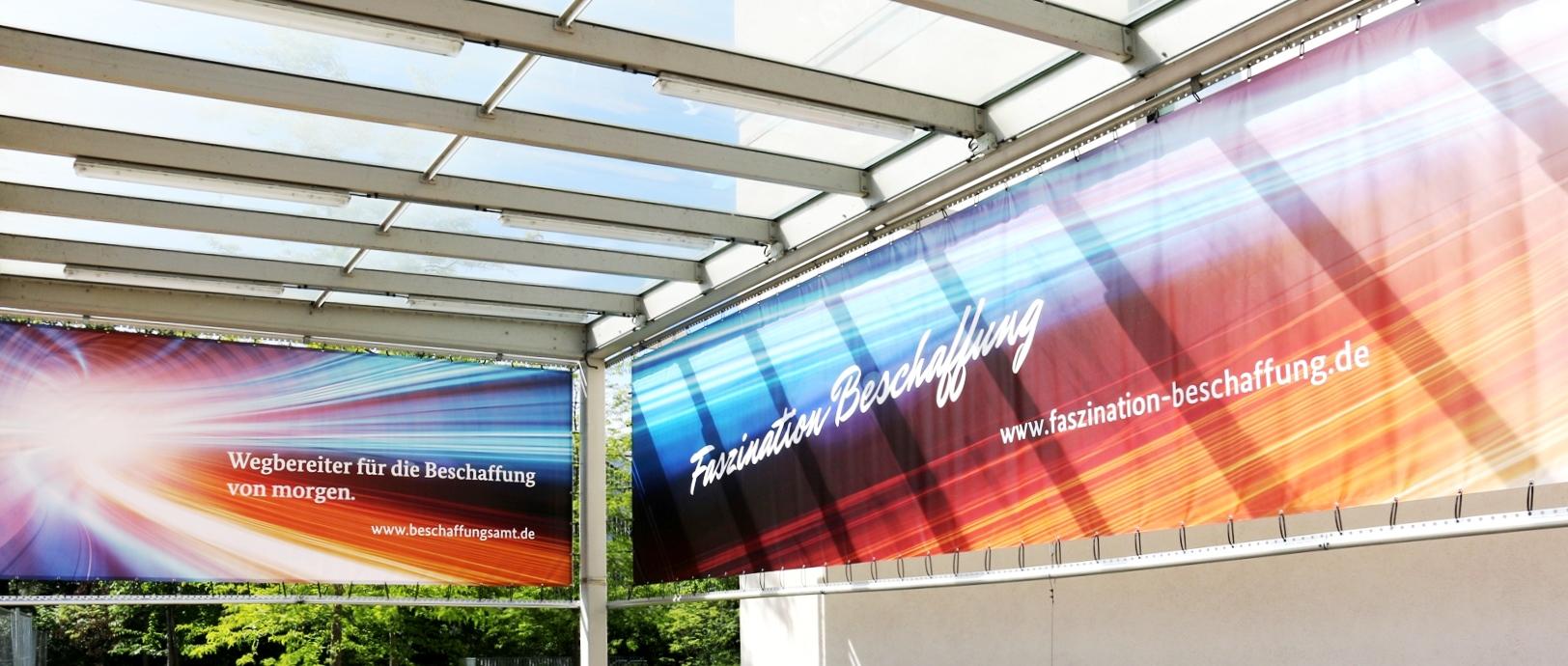 Bild: Banner am Eingang des Beschaffungsamts des BMI mit dem Titel der Webseite