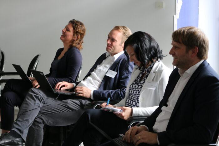 Vier Kollegen der ZIB sitzend und lachend bei den Marktdialogen.