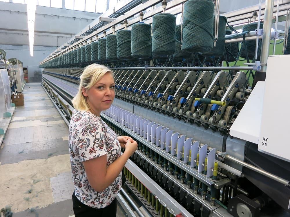Eine Mitarbeiterin in einer Textilfabrik im Zuge der Güteprüfung.