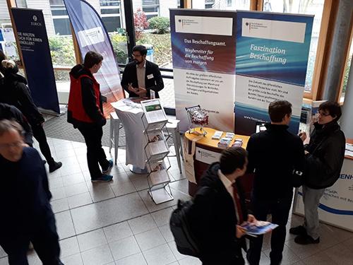 Besucher des Unternehmenstages der Hochschule Bonn-Rhein-Sieg am Stand des BeschA