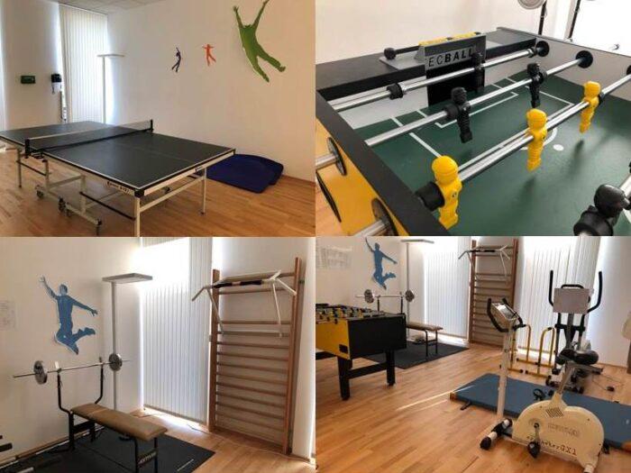 Bild: Aktionsraum des BeschA mit Kicker, Freihantelbereich und Tischtennisplatte