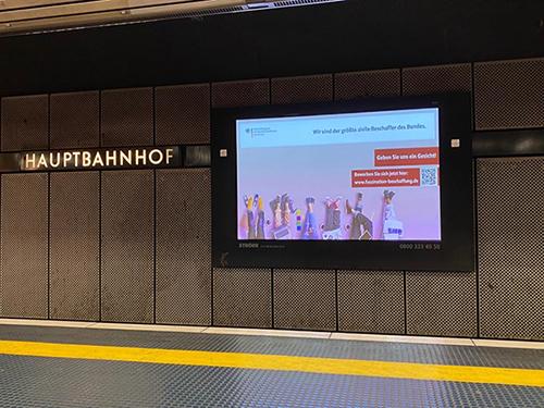 Bild: Ein Monitor im Bonner Hauptbahnhof, der unser Fachinformationen-Motiv zeigt