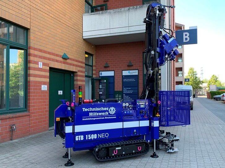 Mobile Bohranlage für gezielte Deichdurchbrüche bei Hochwasserlagen.