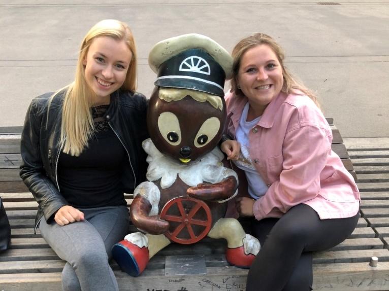 Mitarbeiterinnen des BeschA neben einer Figur von Pittiplatsch