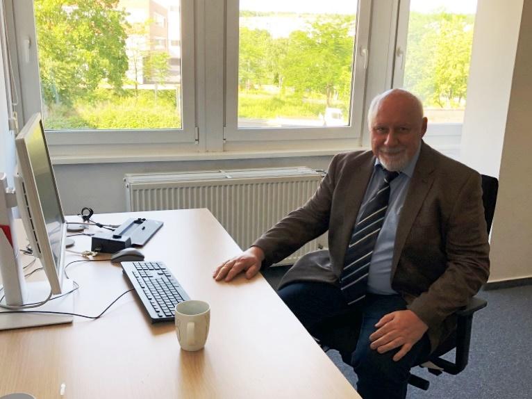 Der Personalratsvorsitzende, Herr Wockenfuß, testet die neuen Räumlichkeiten.