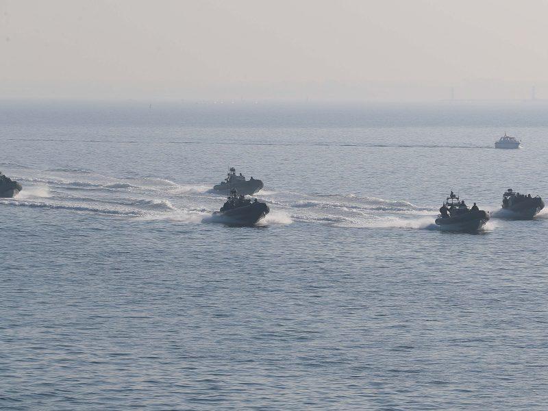 GSG 9 Einsatz auf offnem Meer. Fünf Schiffe fahren volle Fahrt auf hoher See.