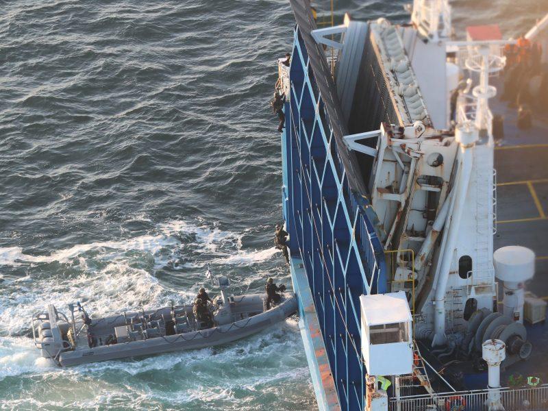 Mitglieder der GSG 9 entern ein Schiff.