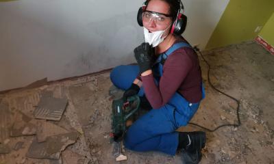 Frau Trachte bei der Renovierung ihres Hauses.