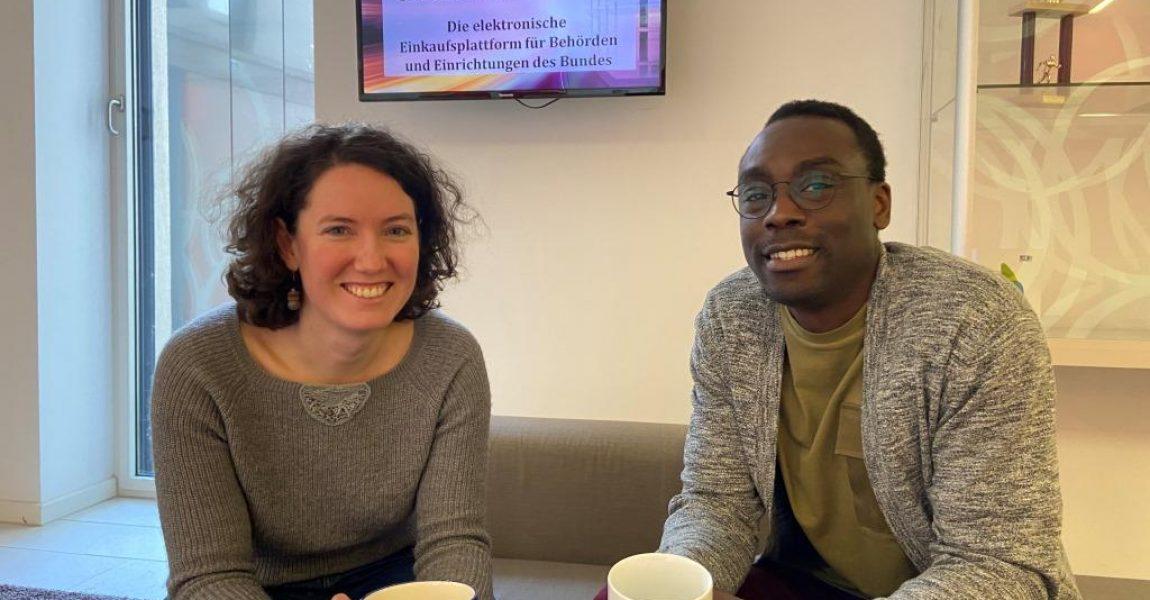 Marion Rumpl und Patrick Nyakoojo sitzend im Foyer
