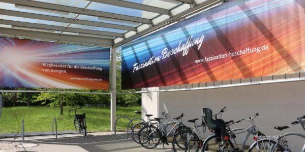 Bild: Fahrradständer vor dem Hauptgebäude des BeschA