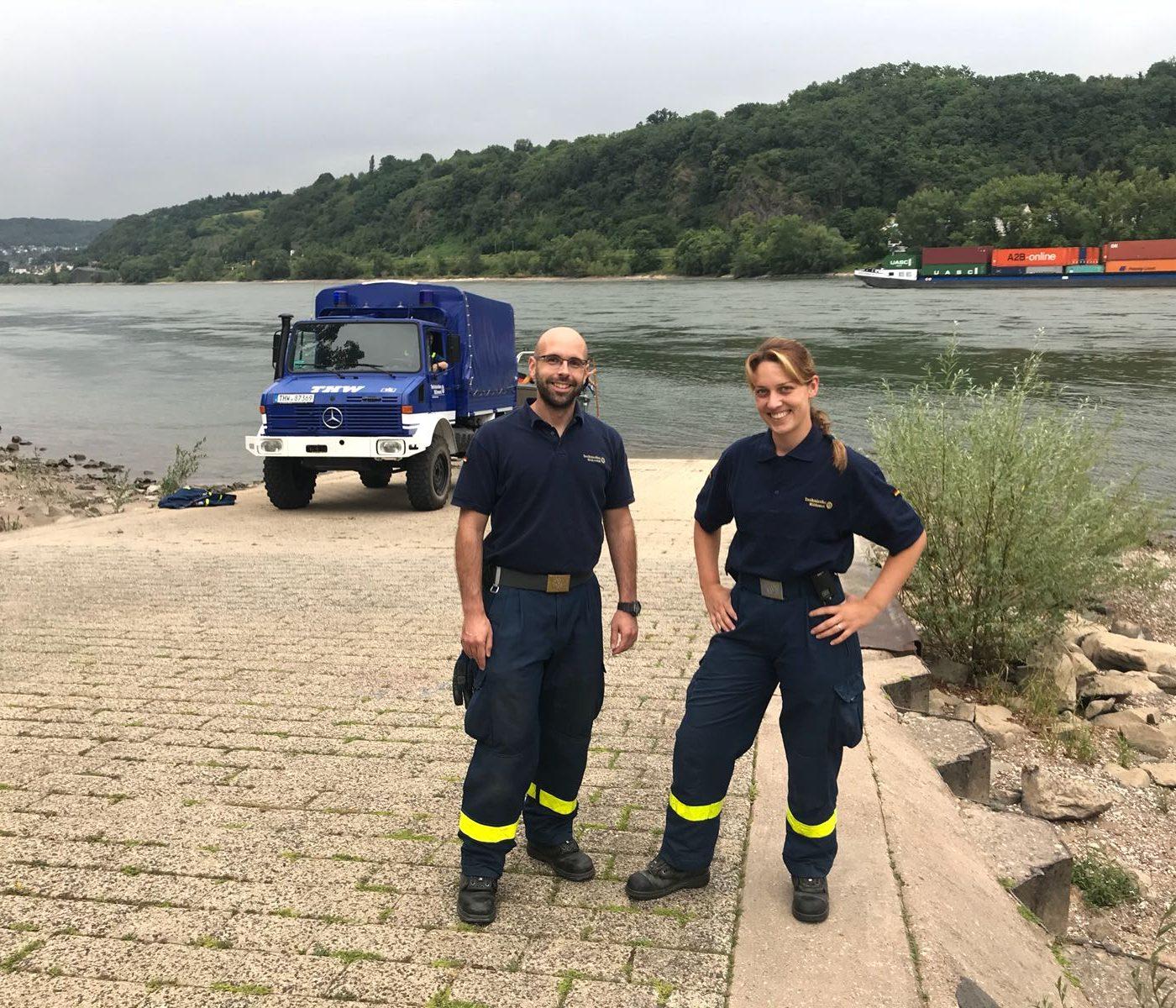 Zwei Mitarbeiter des THWs mit neuer Arbeitskleidung.