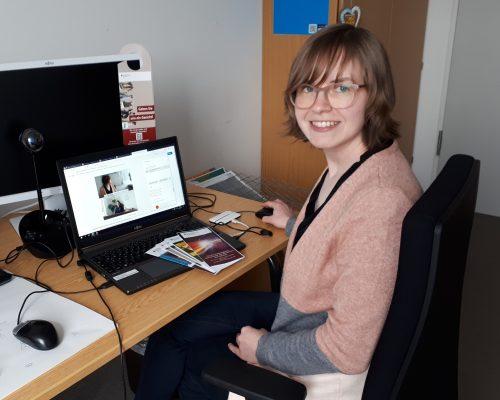 Unsere Kollegin sitzt vor ihrem Laptop und hat den virtuellen Raum der Karrieremesse geöffnet