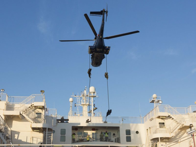 GSG 9 Mitarbeiter werden aus einem Helikopter auf ein Schiff abgeseilt.